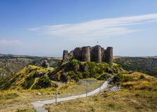 Fortaleza de Aragats Amberd del soporte e iglesia de Vahramashen imagen de archivo