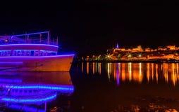 Fortaleza de Belgrado pela noite e pelo navio iluminado 4 Foto de Stock Royalty Free