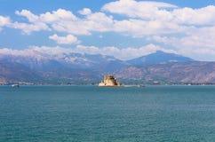 Fortaleza de Bourtzi, uma prisão no mar na frente da cidade de Nafplio Fotografia de Stock