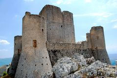Fortaleza de Calascio no Apennines imagens de stock