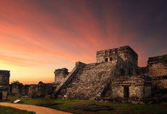 Fortaleza de Castillo en la puesta del sol en la ciudad maya antigua de Tulum, Fotografía de archivo