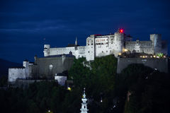 Fortaleza de Hohensalzburg na noite Salzburg Áustria imagens de stock royalty free