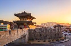 Fortaleza de Hwaseong, arquitectura tradicional de Corea en Suwon, S Imagenes de archivo