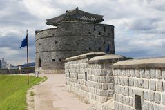 Fortaleza de Hwaseong ((fortaleza brillante) pared exterior y torre en Suwon, Corea del Sur Imágenes de archivo libres de regalías