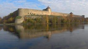Fortaleza de Ivangorod e rio de Narva no outono dourado Rússia video estoque