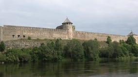 Fortaleza de Ivangorod en el día en agosto Rusia de la nube de Narva del río metrajes