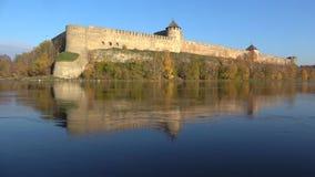 A fortaleza de Ivangorod, outono dourado Região de Leninegrado, Rússia video estoque