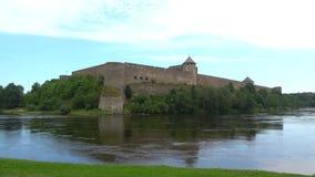 Fortaleza de Ivangorod, región de Leningrad del día en agosto, Rusia almacen de metraje de vídeo