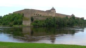 Fortaleza de Ivangorod, región nublada de Leningrad del día en agosto, Rusia metrajes