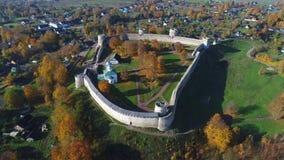 A fortaleza de Izborsk no vídeo aéreo da paisagem do outono Região de Pskov, Rússia filme