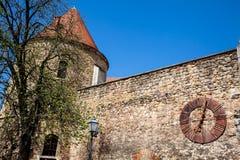Fortaleza de Kaptol y el reloj oxidado antiguo quitado de la catedral de Zagreb imagen de archivo libre de regalías
