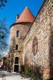 Fortaleza de Kaptol y el reloj oxidado antiguo quitado de la catedral de Zagreb foto de archivo libre de regalías