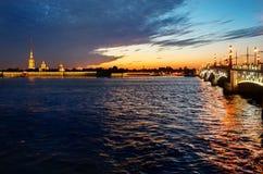 Fortaleza de Peter e de Paul e ponte do palácio em St Petersburg, Rus Fotografia de Stock