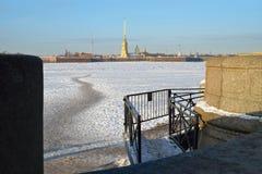 Fortaleza de Peter y de Paul y una trayectoria peatonal en el hielo El VI foto de archivo libre de regalías