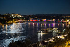 Fortaleza de Petrovaradin e ponte do arco-íris sobre o Danúbio, entre Novi Sad e Petrovaradin imagem de stock