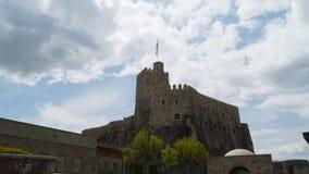 Fortaleza de Rabat Akhaltsikha - una fortaleza en Georgia Contra el cielo con las nubes almacen de metraje de vídeo