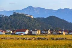 Fortaleza de Rasnov e montanhas de Bucegi, Romênia fotos de stock royalty free