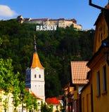 Fortaleza de Rasnov, Rumania, según lo visto de la ciudad imagen de archivo