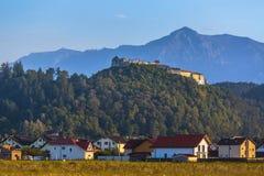 Fortaleza de Rasnov y montañas de Bucegi, Rumania imagenes de archivo