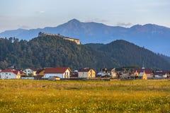 Fortaleza de Rasnov y montañas de Bucegi, Rumania imagen de archivo