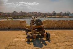 Fortaleza de San Carlos de La Cabana, fort av den St Charles ingången Landskapet med stadssikter, vapen är på den gamla fästninge arkivfoto