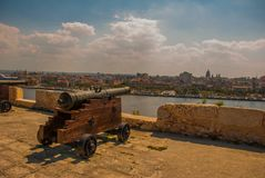 Fortaleza de San Carlos de La Cabana, fort av den St Charles ingången Landskapet med stadssikter, vapen är på den gamla fästninge royaltyfri fotografi