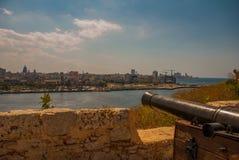 Fortaleza de San Carlos de La Cabana, forte da entrada de St Charles Ajardine com opiniões da cidade, armas estão na fortaleza ve Fotografia de Stock Royalty Free