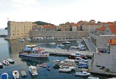 A fortaleza de St Ivan e o porto, cidade velha de Dubrovnik Imagem de Stock