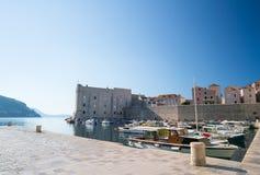 Fortaleza de St Ivan e o porto no Dubrovnik velho Imagem de Stock Royalty Free