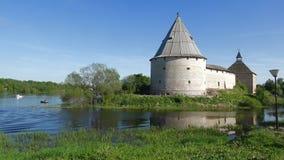 Fortaleza de Staraya Ladoga, primero de mayo soleado Ladoga viejo, Rusia metrajes