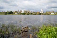 Fortaleza de Staraya Ladoga sob o céu nebuloso de setembro no banco do rio Volkhov Imagem de Stock Royalty Free