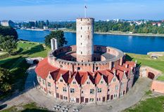 Fortaleza de Wisloujscie em Gdansk, Polônia Silhueta do homem de negócio Cowering Fotografia de Stock Royalty Free