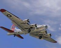 Fortaleza del vuelo B-17 que viene adentro para un aterrizaje Imagen de archivo libre de regalías