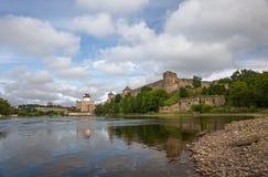 Fortaleza dois antiga em Ivangorod, em Rússia e em Narva, Estônia Imagens de Stock Royalty Free