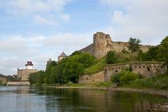 Fortaleza dois em Ivangorod, em Rússia e em Narva, Estônia Fotos de Stock Royalty Free