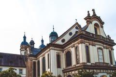 Fortaleza e iglesia viejas en un pueblo cerca de la madera en Alemania imágenes de archivo libres de regalías