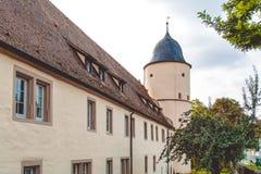 Fortaleza e iglesia viejas en un pueblo cerca de la madera en Alemania fotos de archivo libres de regalías