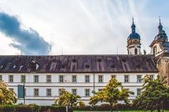 Fortaleza e iglesia viejas en un pueblo cerca de la madera en Alemania foto de archivo libre de regalías