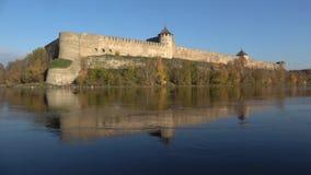 Fortaleza en el río de Narva, día de Ivangorod de Sunny October Región de Leningrad, Rusia almacen de video