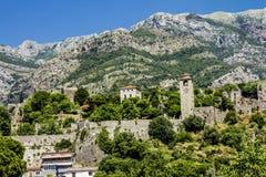 Fortaleza en la ciudad vieja de la barra en Montenegro en un día de verano Imagenes de archivo