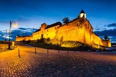 Fortaleza en la noche, Rumania de Brasov Foto de archivo libre de regalías