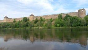 Fortaleza en los bancos la frontera de Rusia y de la Estonia de Narva del río, del día en agosto metrajes