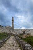 Fortaleza en Travnik con la mezquita y Minarett imagen de archivo