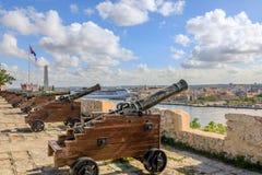 Fortaleza espanhola do EL Morro com farol, canhões e o fla cubano fotos de stock royalty free