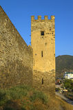 Fortaleza Genoese en Sudak Torre y fragmento de la pared Imagen de archivo libre de regalías