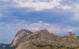 Fortaleza Genoese en un top de la montaña imagen de archivo