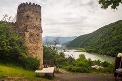 Fortaleza georgiana antigua en las montañas Fotos de archivo libres de regalías