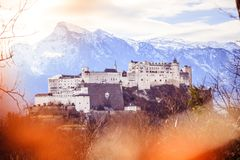 Fortaleza Hohensalzburg: Castelo medieval bonito dentro, atração turística imagens de stock