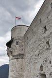 Fortaleza Hohensalzburg con la bandera nacional en Salzburg, Austria Foto de archivo
