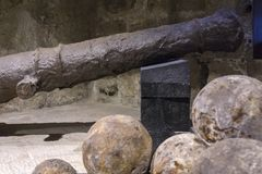Fortaleza Koules Castello una yegua Cañón veneciano oxidado viejo, bolas de cañón dentro de la fortaleza Koules fotografía de archivo
